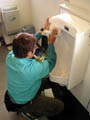 2.除菌剤でクリーニング後の便器を除菌処理。